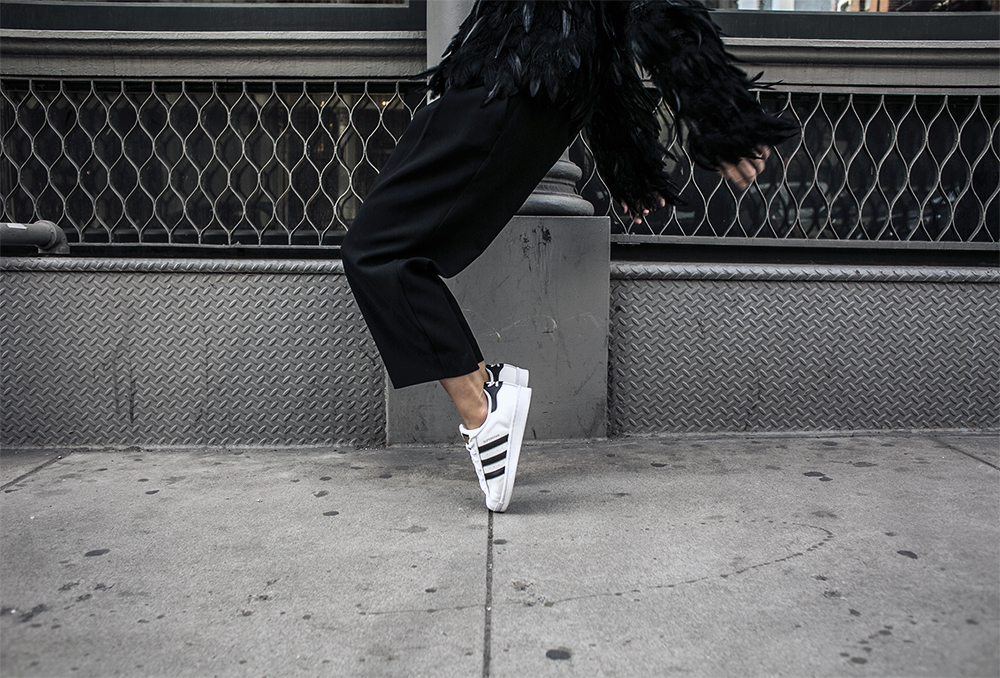 1_sania-claus-demina-soho-outfit-feather-jacket-hunkydory-adidas-superstar-sneakers-lindex-pants-2015_16