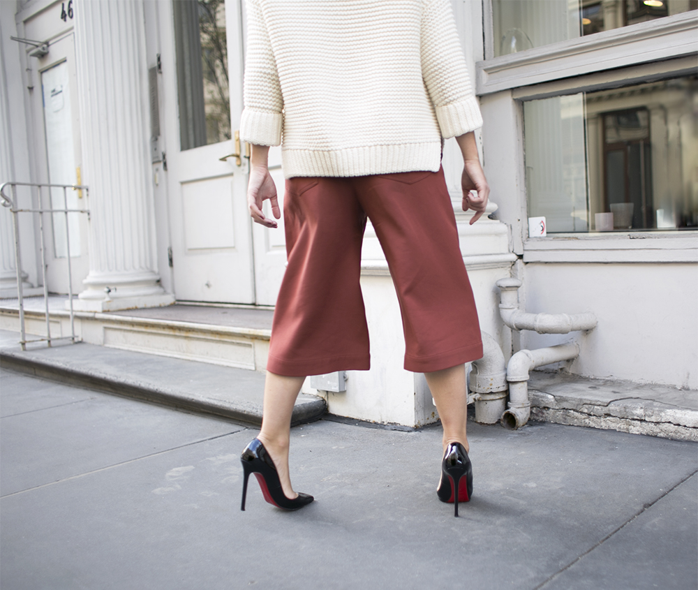 4_sania-claus-demina-outfit-new-york-city-acne-studio-culottes-christian-louboutin-pigalle-120-mm-shoes-gina-tricot-sweater-white-soho-2015_12a