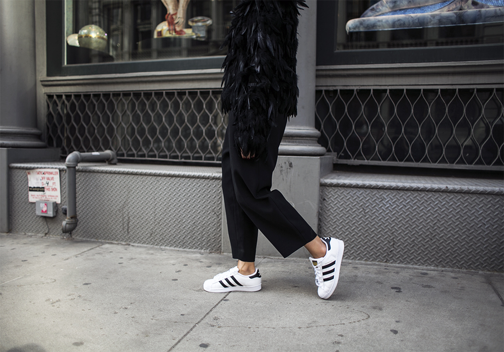 5_sania-claus-demina-soho-outfit-feather-jacket-hunkydory-adidas-superstar-sneakers-lindex-pants-2015_9
