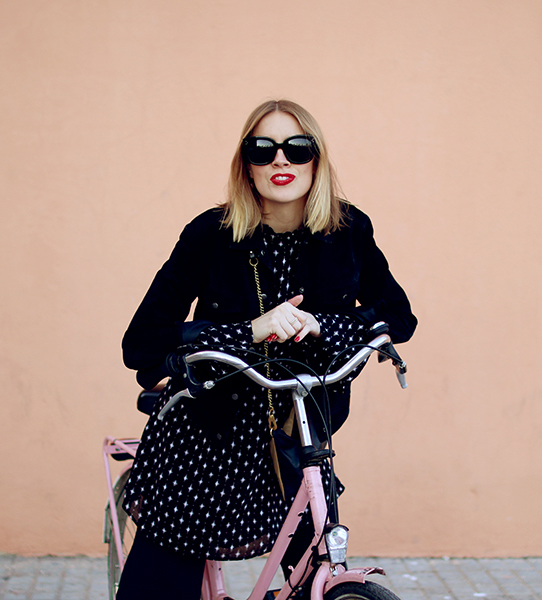 sania-claus-demina-hanna-stefansson-rent-a-pink-bike-in-barcelona-hanna-stefansson-christian-louboutin-pigalle-120mm-gina-tricot-kick-flare-grey-coat-jacket_3