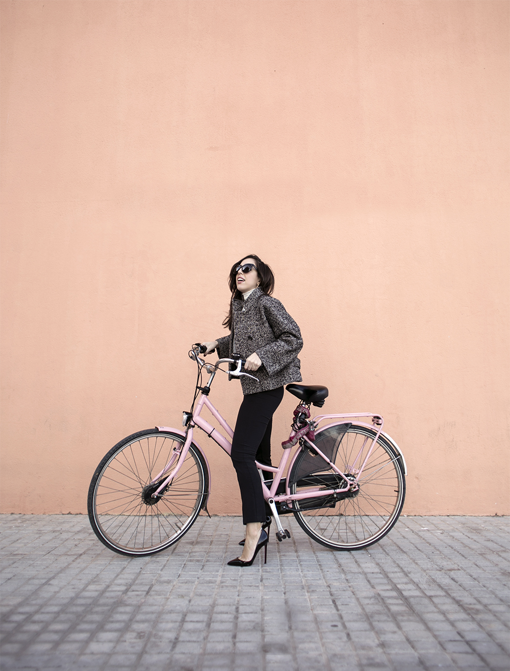 sania-claus-demina-rent-a-pink-bike-in-barcelona-hanna-stefansson-christian-louboutin-pigalle-120mm-gina-tricot-kick-flare-grey-coat-jacket_1c